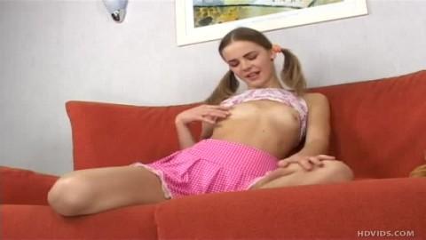 Vanessa Teen aime se toucher délicatement