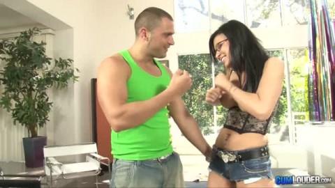 Eva Angelina se retrouve avec du sperme plein la tronche