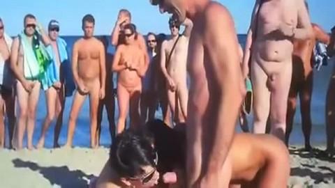 Libertine baisée sur une plage par des touristes