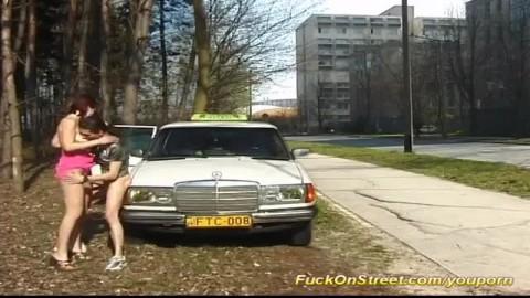le chauffeur de taxi se fait sucer et baise une salope