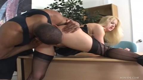 Très gros pénis pour Bethany Sweet en lingerie