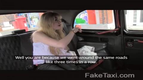 Jeune amatrice à la chatte poilue baise dans un taxi