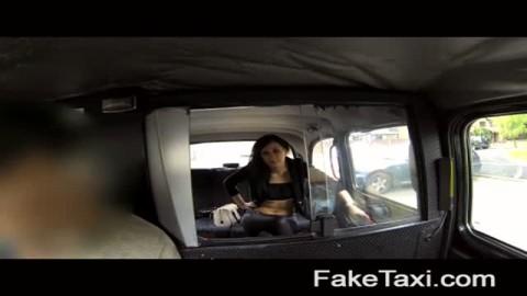 Amatrice se fait défoncer dans un taxi et avale le sperme