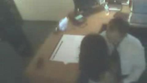 Chef d'entreprise il baise a secrétaire dans son bureau