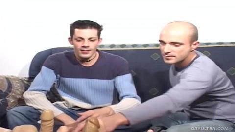 Ces deux gays testent des jouets sexuels