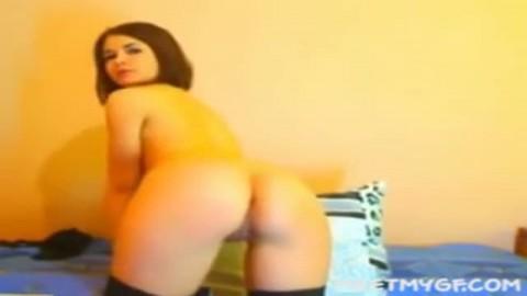 jeune salope se branle devant sa webcam