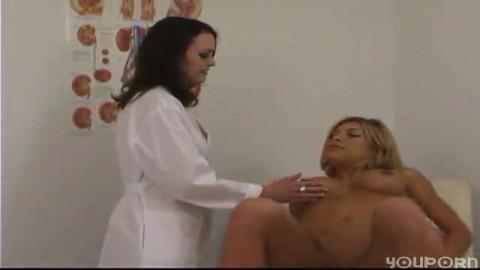 l'infirmière lèche la chatte d'une patiente