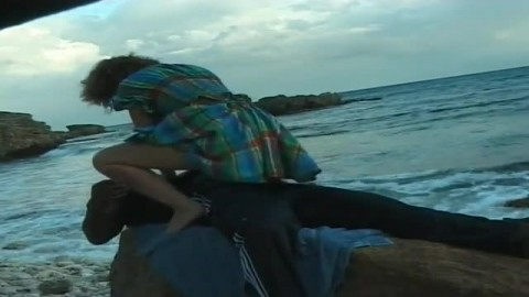 Il encule cette salope sur la plage et éjacule sur ses pieds