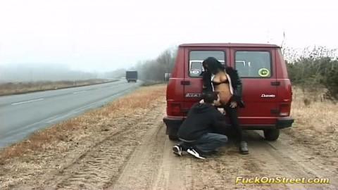 Jeune couple baise au bord de la route