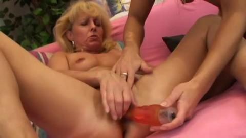 Des filles et des jouets sexuels