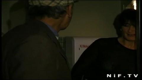 Une patronne de bar française se fait prendre par un papy voyeur