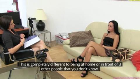 Très belle brune qui réalise un casting porno