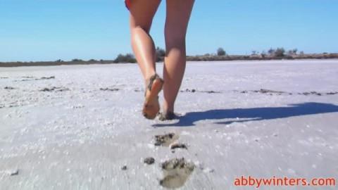 Jeune rousse nue à la plage