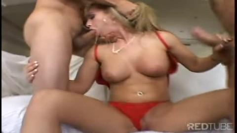 Cette blonde a gros seins se fait démonter par deux grosses bites