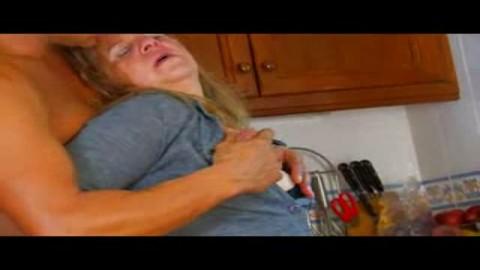 une grosse française baisée sur le sol de la cuisine