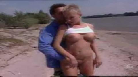 une belle blonde française se fait baiser par un beau gosse sur la plage