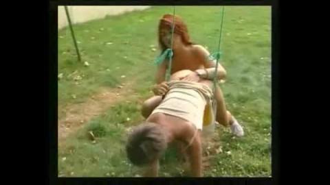 lesbienne française à la balançoire du jardin