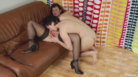 Une femme mature qui se tape un homme bien monté