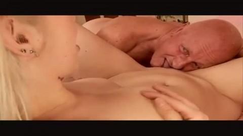Un vieu baise une sublime blondinette