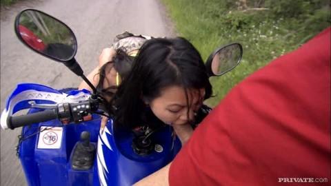 Lady Mai baise sur le quad !