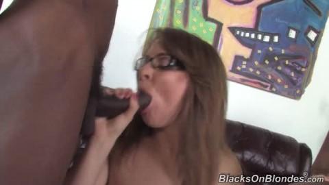 Alice Bell tourne avec un homme noir